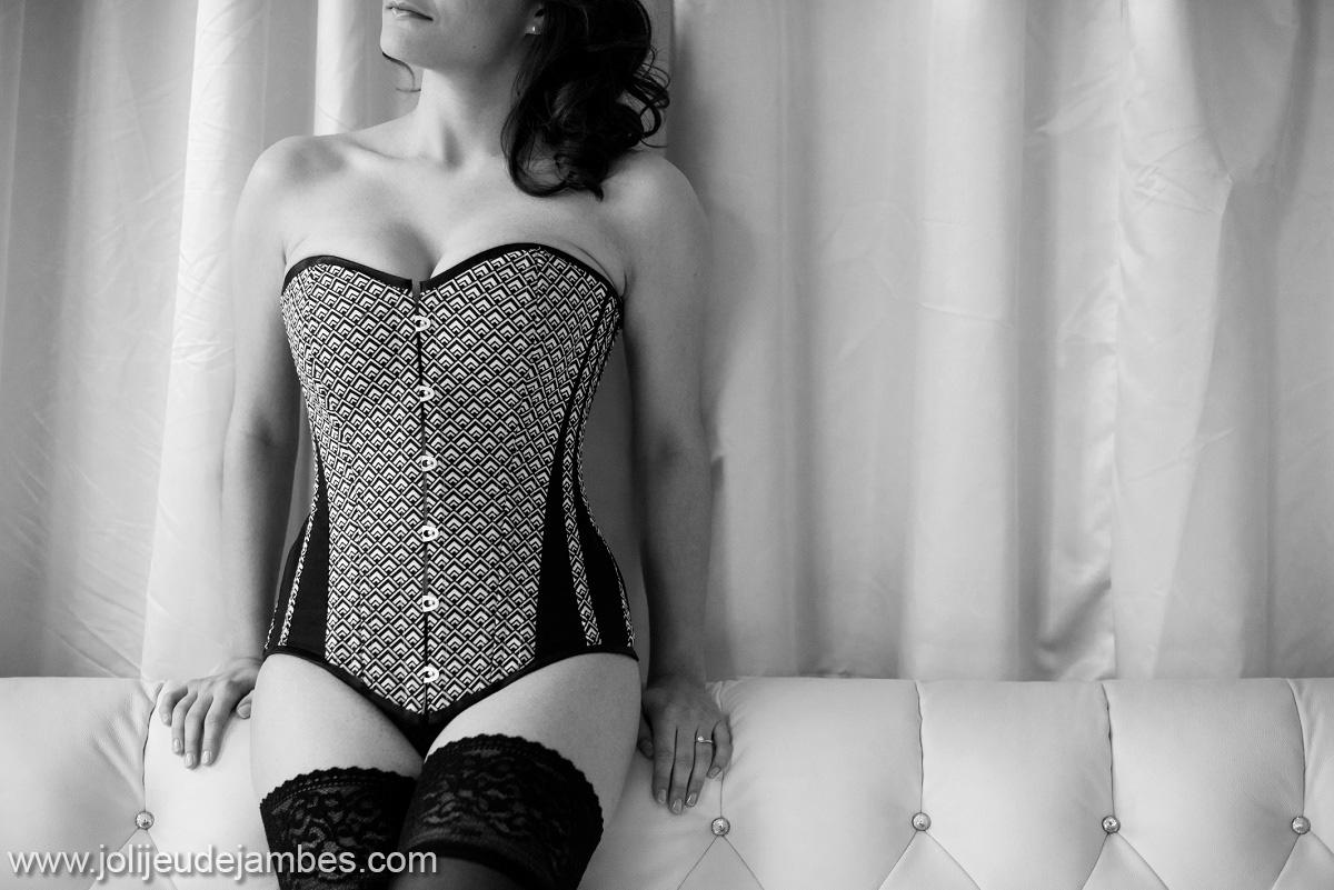 une belle idée de cadeau glamour et sexy pour offrir à la nuit de noces : la séance photo boudoir, une belle surprise. Photographe glamour lille