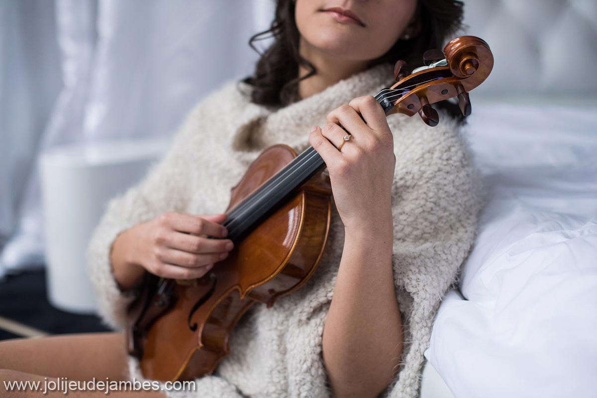 Idée cadeau mariage, photographe boudoir lille, des photos glamour et sexy avec un instrument de musique