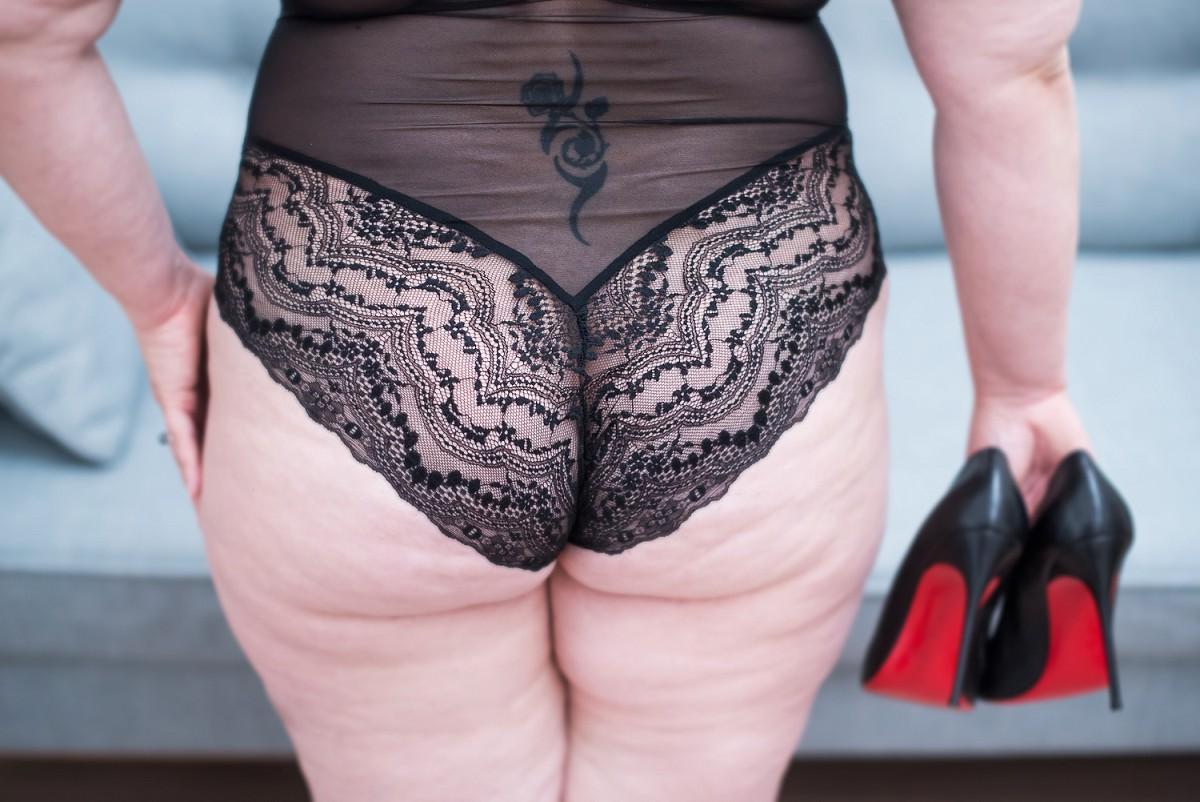 mise en valeur d'une femme ronde photographe spécialiste des femmes boudoir lille hauts de france