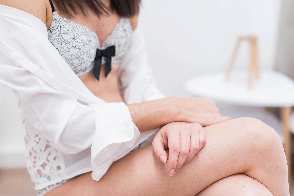 Photographe lingerie Lille une séance photo de femme en lingerie douceur et naturel